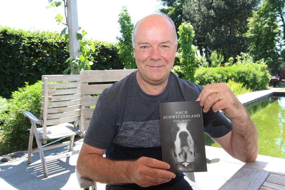 Marc Swerts met zijn nieuwste boek 'Nach Schwitzerland'.