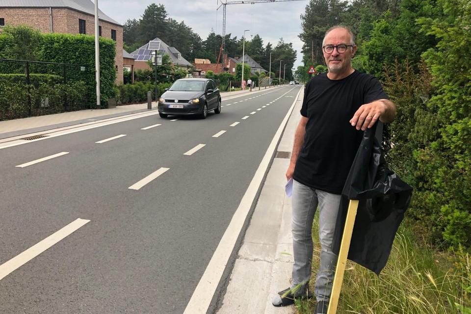 Marc Hendrickx van de Dennendreef in Vosselaar staat bij een zwarte vlag in zijn straat. De bewoner is niet opgezet met het extra verkeer en het groot bouwproject achter zijn woning.