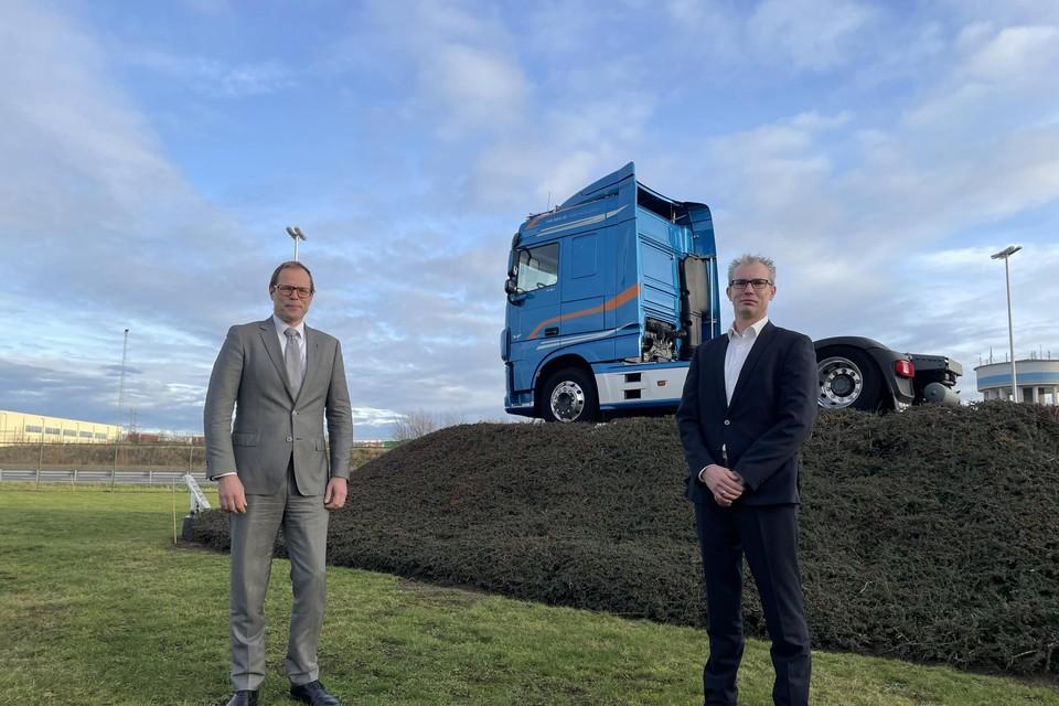 President-directeur Harry Wolters (links) en de nieuwe managing director van DAF Trucks Vlaanderen Stijn Van Eyken uit Westerlo op het terrein van de DAF-vestiging in Oevel.