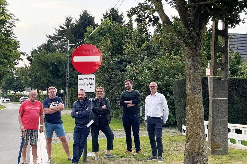 Jan Wauters (derde van links) en andere buurtbewoners hielden een petitie om het gemeentebestuur aan te zetten tot een aantal ingrepen in hun woonomgeving.
