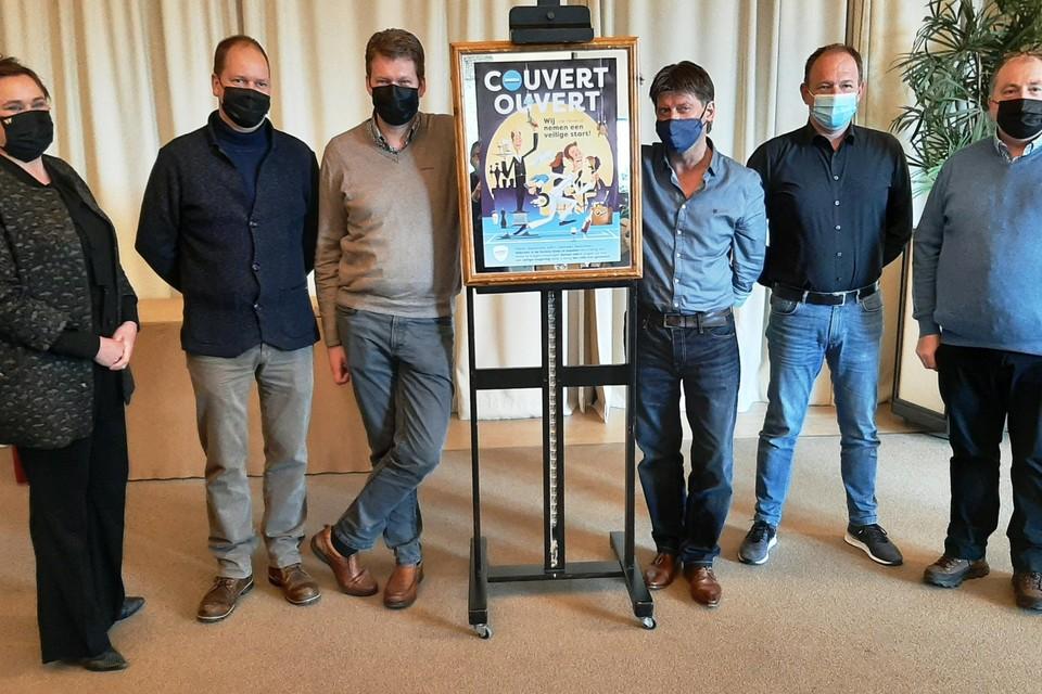 Jolien Laenen, Toon Biermans, Joris Wils, Patrick Ooms, Johan Ariën en Tonny Luyten presenteren de poster van Horeca Middenkempen.