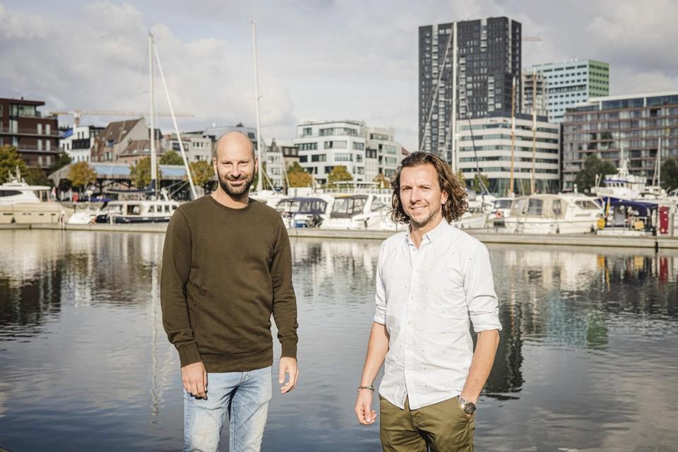 Maarten en Bernard in thuishaven Antwerpen, waar ze de laatste voorbereidingen treffen. Binnenkort reizen ze naar Barcelona, waar de zeilboot en (schoon)vader Patrick op hen wacht.