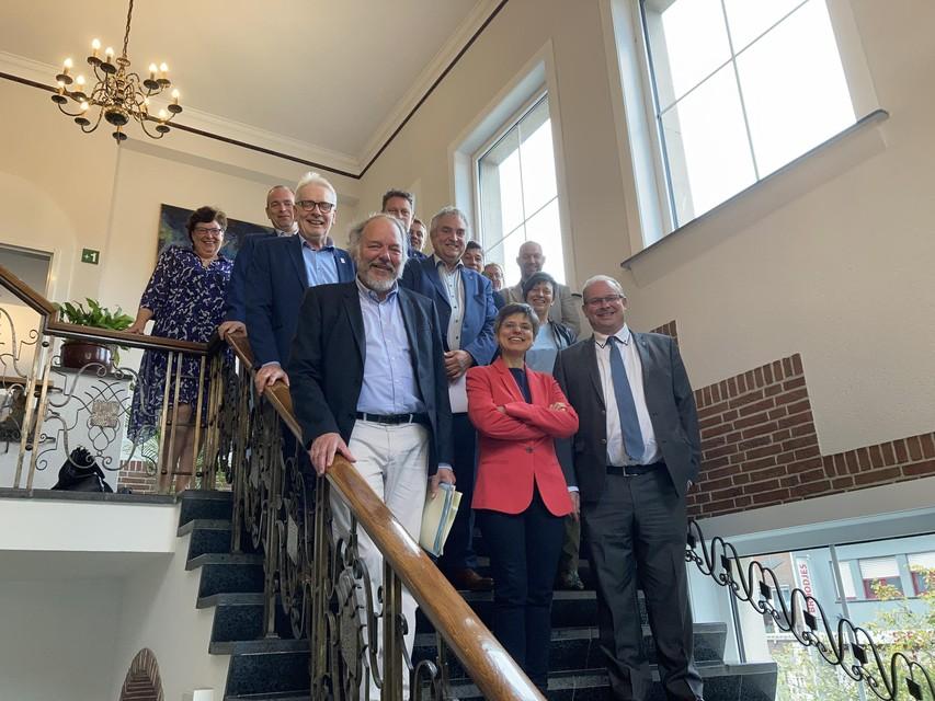 College van burgemeester en schepenen met gouverneur en deputatie in het gemeentehuis van Essen.