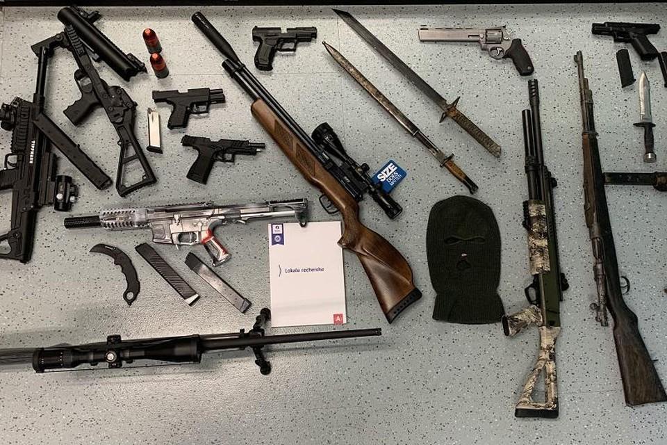 Bij twee verdachten nam de politie een indrukwekkende hoeveelheid wapens in beslag.