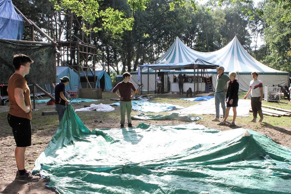 Scoutsleden zijn nog volop aan het werk om alles tijdig klaar te krijgen.