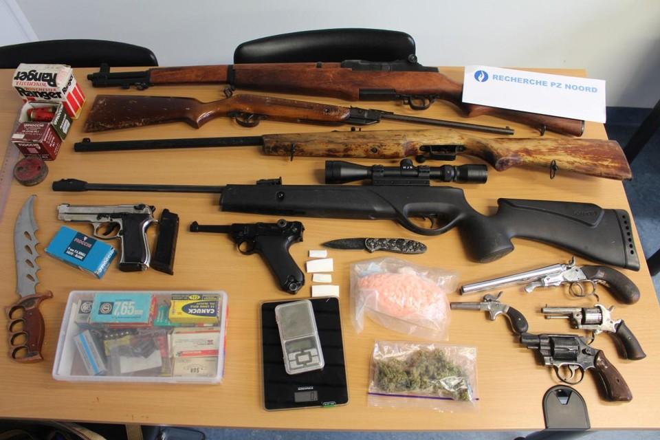 De in beslag genomen wapens en drugs.