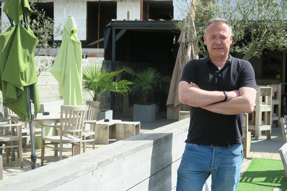 Steven Hendrickx van Studio De Sax op zijn winterterras dat noodgedwongen een zomerterras werd.