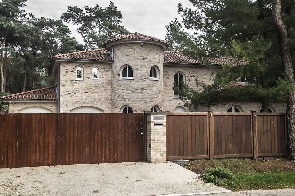 Het gerecht legde beslag op de imposante villa met zwembad van de hoofdverdachte.