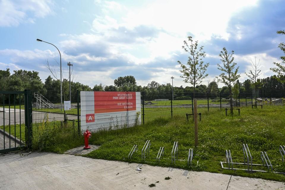 Hier in Park Groot Schijn bouwt de stad een atletiekpiste.