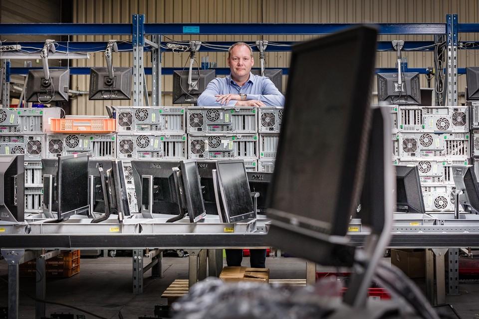 Koen Janssens tussen het ICT-materiaal dat door zijn bedrijf een nieuw leven krijgt.