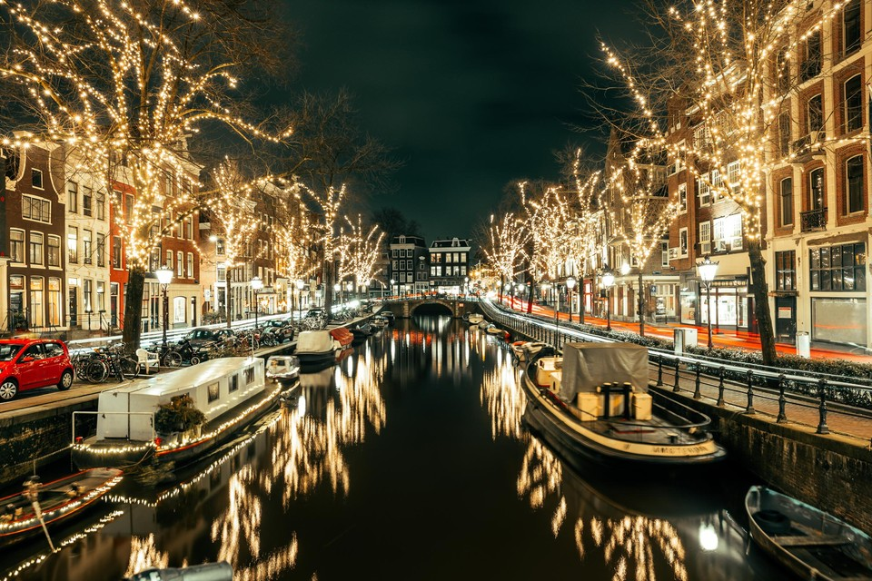 Of het stadsbestuur niks belangrijkers te doen heeft, vragen tegenstanders van de nieuwe Amsterdamse regels rond feestverlichting zich af.