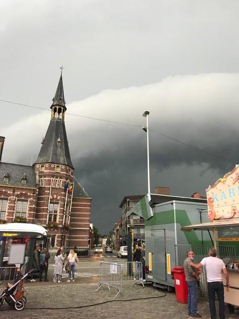 Schoten ontsnapt. De rolwolk met het zwaarste onweer trekt naar Wijnegem en Deurne.