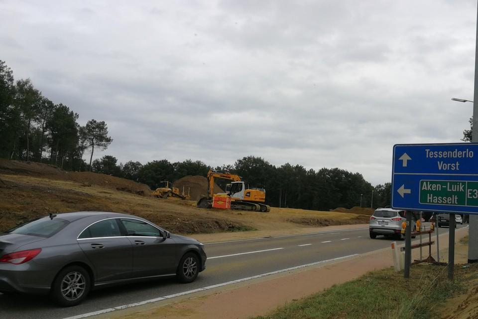 De aannemer is bezig met de aanleg van een tijdelijke werfweg voor het doorgaande verkeer.