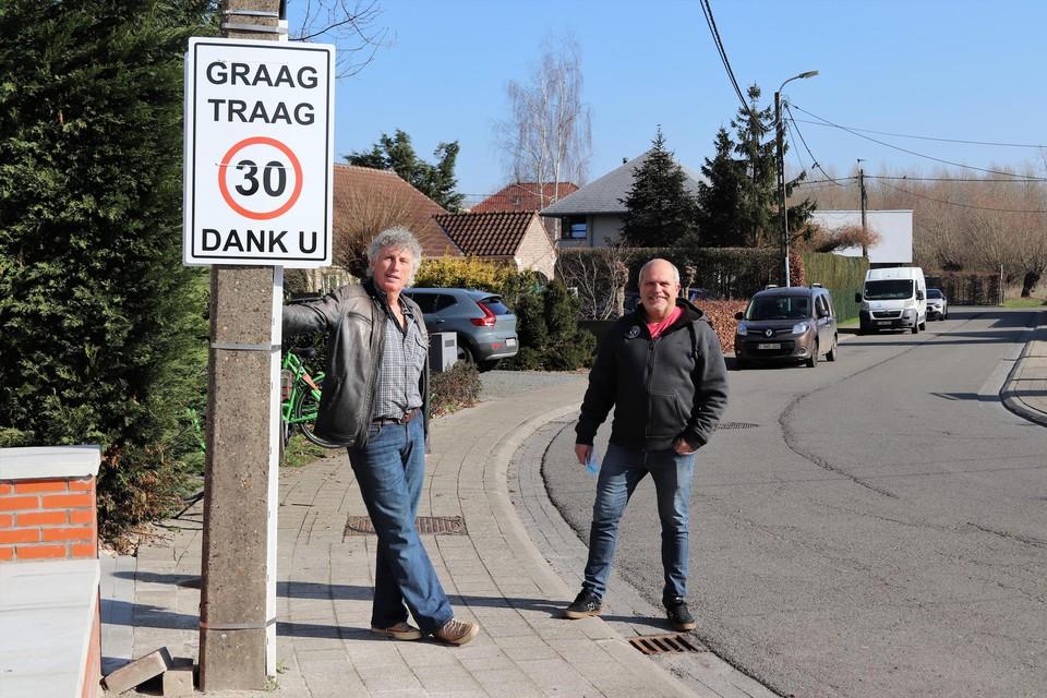 Frank Maris en Ignace Apers bij het zelfgemaakte bord.