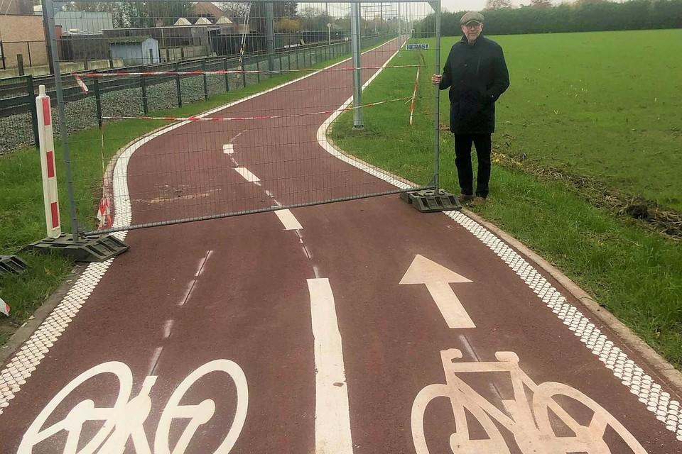 Gedeputeerde Luk Lemmens staat klaar om de werfhekken op de fietsostrade tussen Geel en Mol te verwijderen.