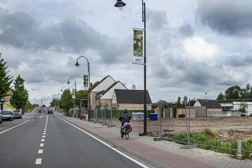 Op dit braakliggend stuk grond in de Vaartstraat verrijst weldra een vestiging van de Lidl.