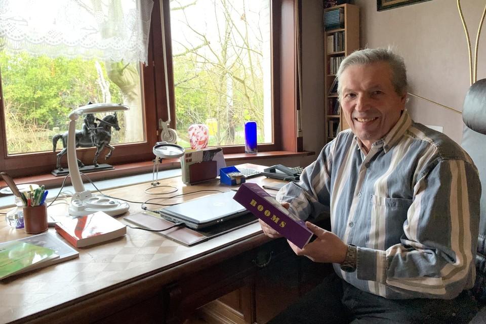 Alfred Michiels met het eerste exemplaar van 'zijn' woordenboek: Booms - Nederlands- Booms.