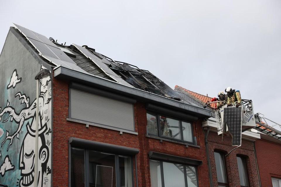 De brandweer moest verschillende zonnepanelen van het dak halen