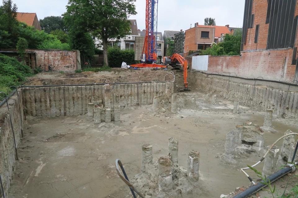 De diepe bouwput voor de appartementen van de notarissen aan de zijde Kruispadstraat.