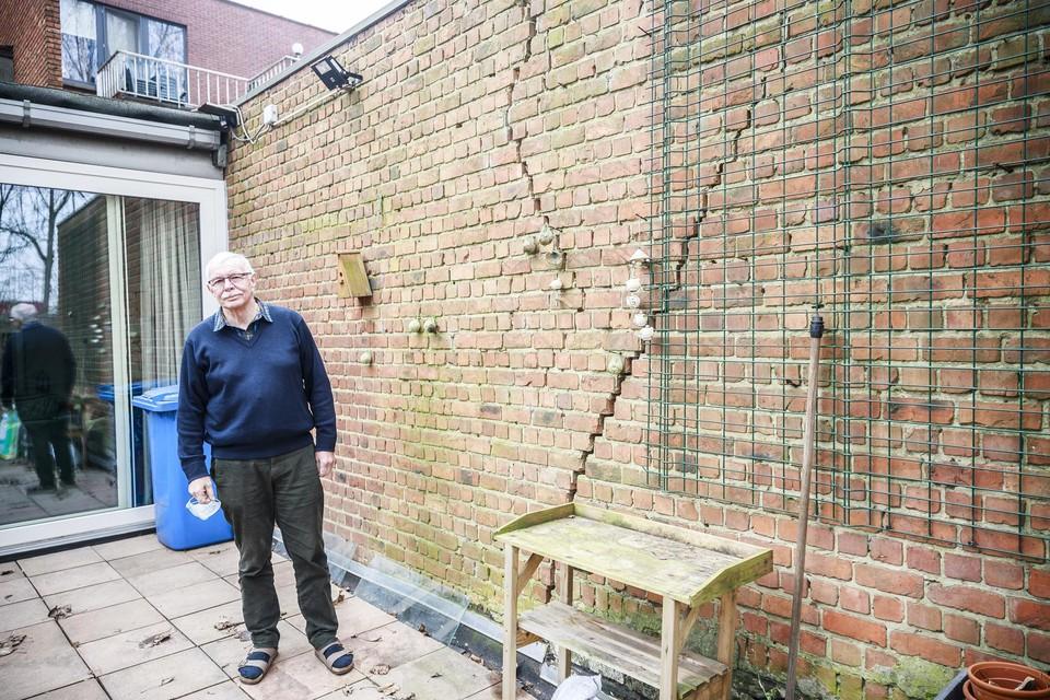 Het huis van Marc Vilain in de Ten Eekhovelei vertoont op verschillende plekken grote scheuren.