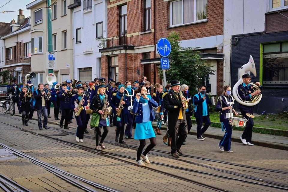 Fanfare 't Akkoord trekt door de straten van Deurne-Noord.