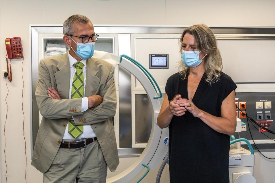 Minister Frank Vandenbroucke krijgt een rondleiding van dokter Marie van Remoortere van de pijnkliniek in ZNA Hoge Beuken in Hoboken.