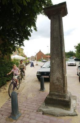 De historische schandpaal van Viersel, een uniek monument, kreeg in 2004 een betere plek bij de heraanleg van de Dijkstraat.