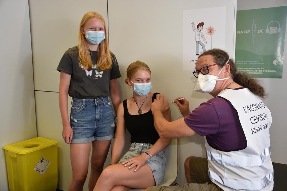 Elena (rechts) en Emmelien Schellemans kregen als laatsten een spuitje in het grote vaccinatiecentrum Klein-Brabant.