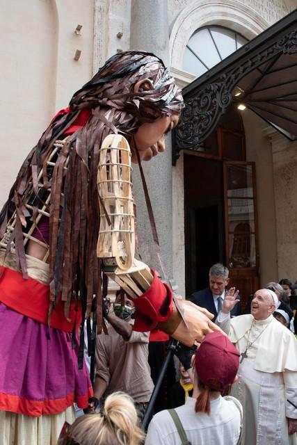 Little Amal was onlangs nog op bezoek bij de paus.