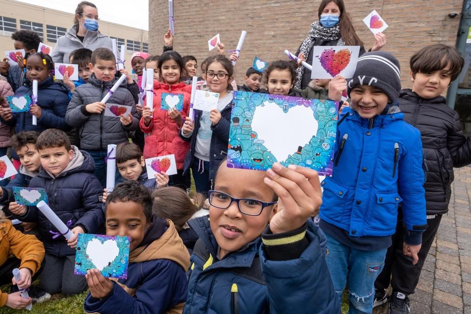 Donderdag ging een klas van basisschool Maria Boodschap haar kunstig bewerkte kaartjes en kleurplaten, inclusief een strikje, bussen in dienstencentrum Santiago.