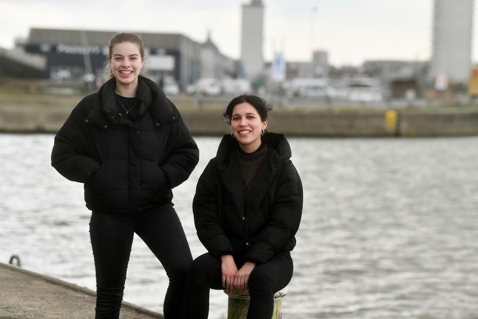 De Duitse meisjes Hanna Seegers (19) en Paulina Ramos Ristau (18) bieden vrijwillig een luisterend oor aan zeelieden in de Antwerpse haven.