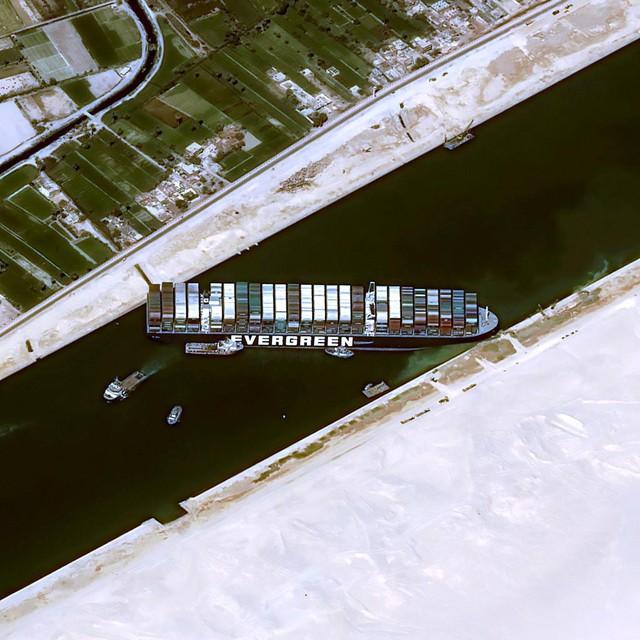 Satellietbeelden van de plaats van het onheil.