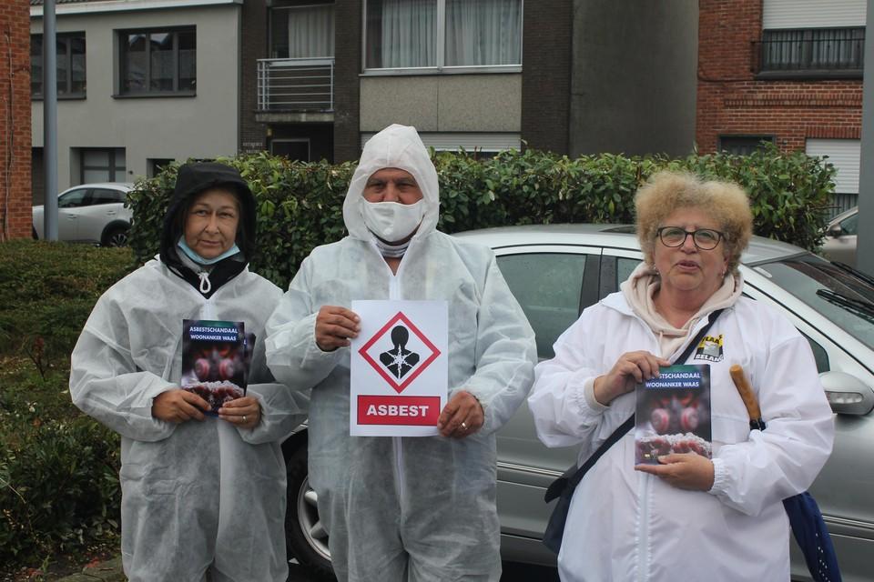 """Leden van Vlaams Belang hadden pakken aangedaan om duidelijk te maken dat je asbest goed beveiligd moet verwijderen. """"Men heeft geen respect voor de mensen die er werken"""", zegt Christiaan Verschueren (midden)."""