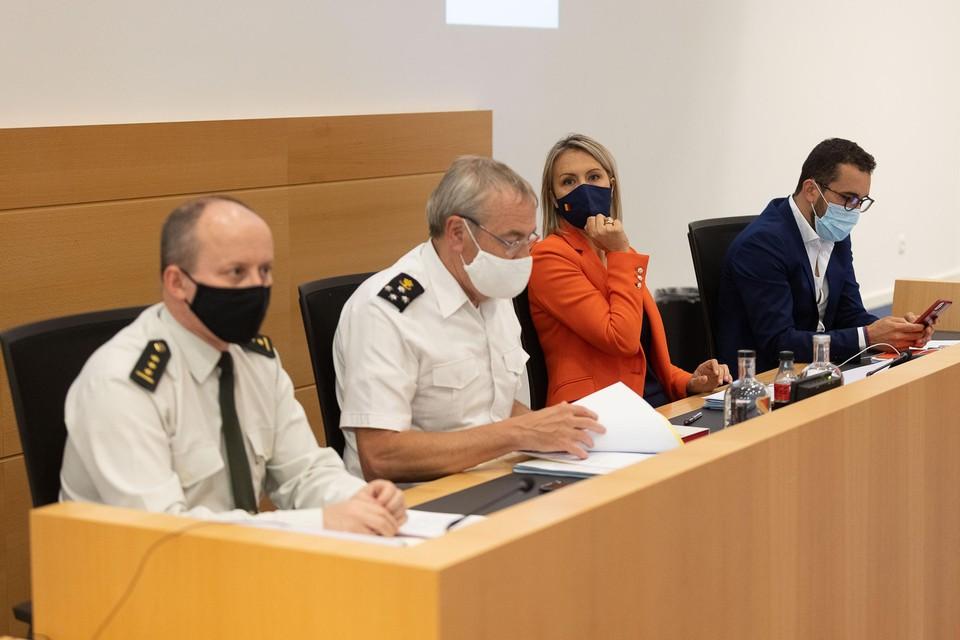 Minister van Defensie Ludivine Dedonder (derde van links) naast chef-Defensie Michel Hofman (tweede van links).