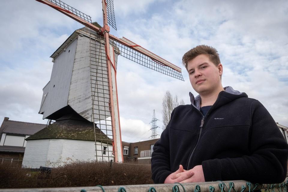 Alexander Malomgré voor de molen van Aartselaar.