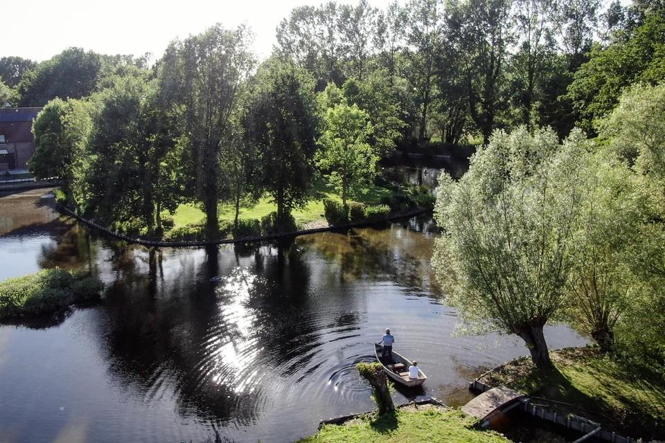 Op het kleine eilandje stond tot in de negentiende eeuw het kasteel Hof Te Moortere. Op het grote eiland ernaast bouwden Marc en Tinny hun stulpje.