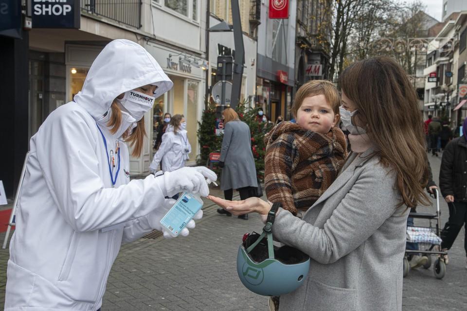 Wandelaars moeten wel nog een mondmasker dragen in de Gasthuisstraat.