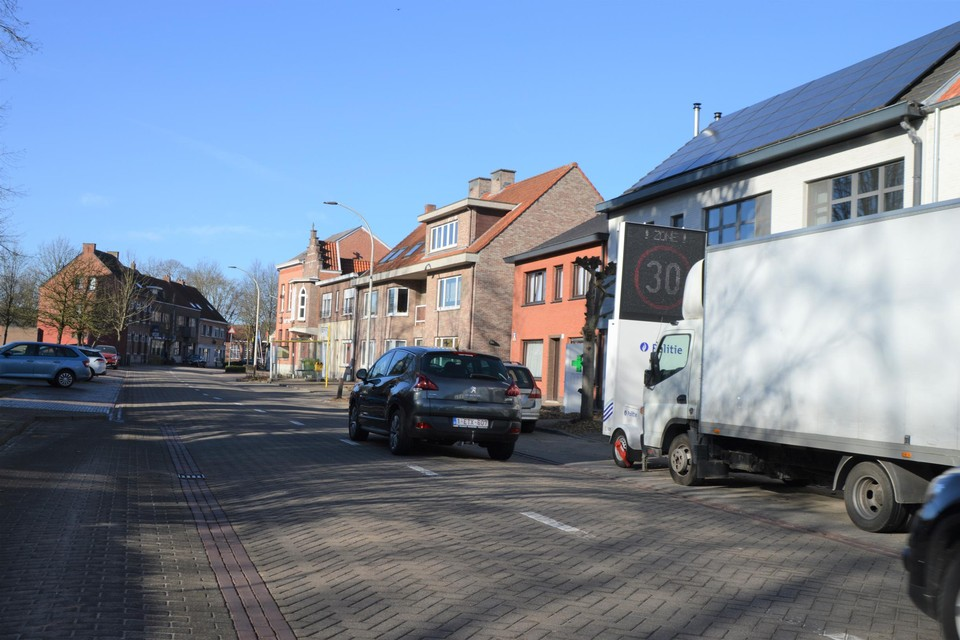 Woensdag stond er een hele dag een vrachtwagen van een bouwfirma geparkeerd voor het zone 30-waarschuwingsbord van politiezone Voorkempen. Dat hielp het opzet natuurlijk niet.
