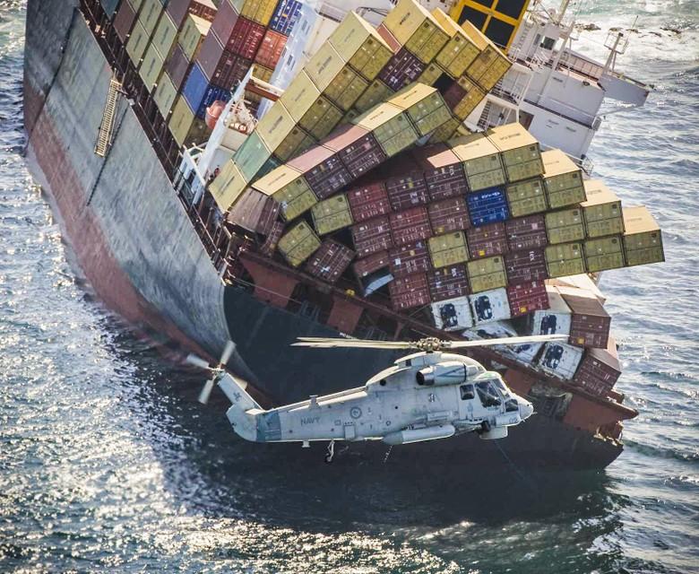 Het gigantische containerschip MV Rena strandde in oktober 2011 voor de kust van Tauranga in Nieuw-Zeeland.