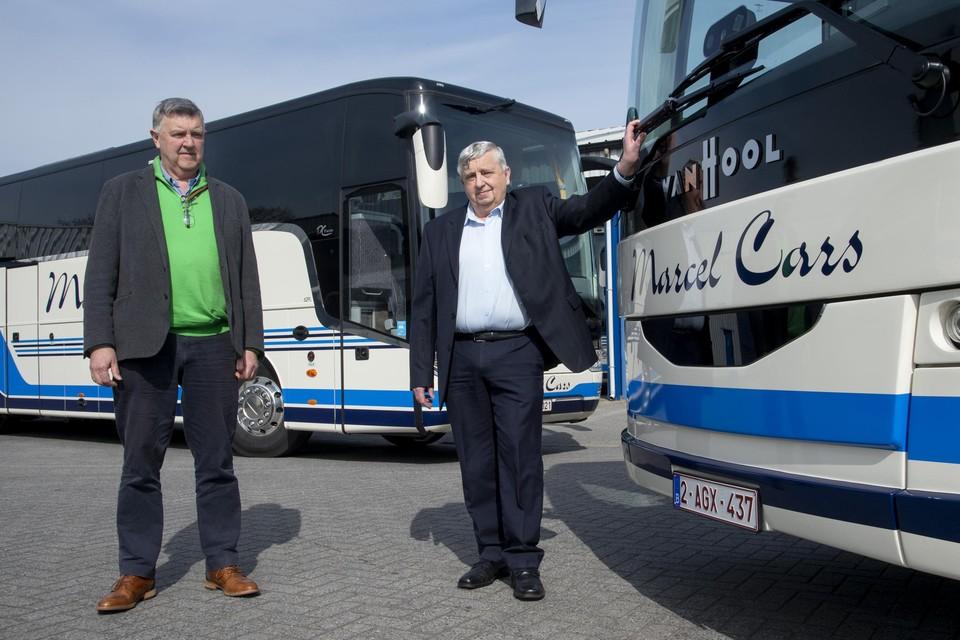 Walter en broer Fernand Meeus zijn trots op hun twee nieuwe autocars.