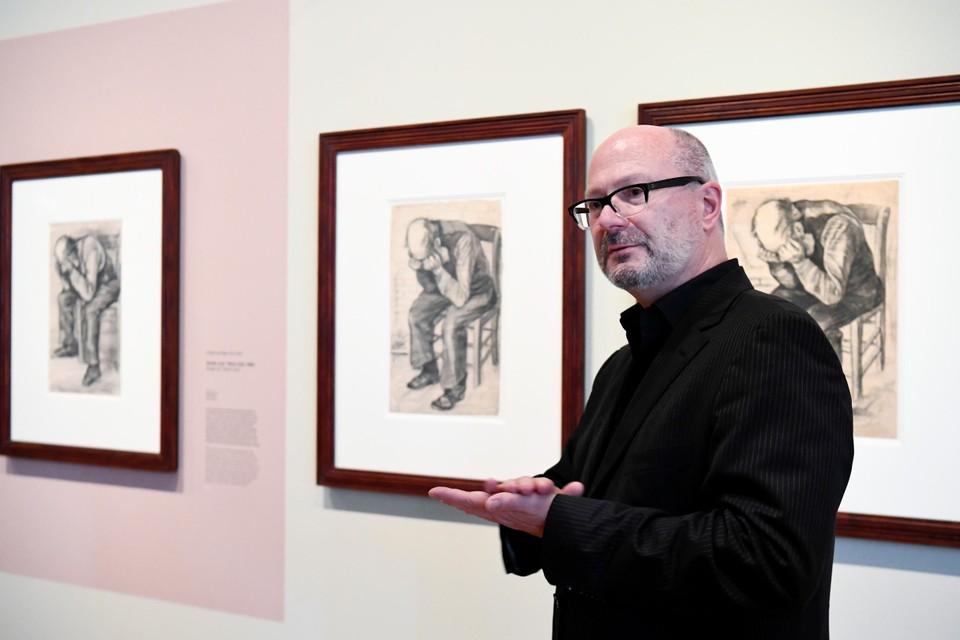 Teio Meedendorp, senior onderzoeker bij het museum bij de tekening 'Worn out'
