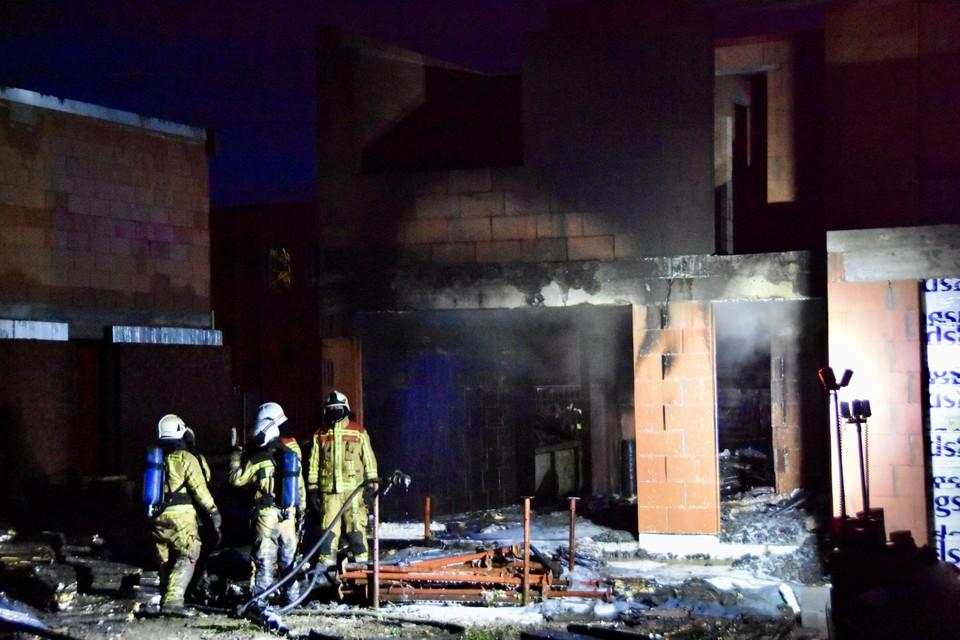 De schade aan de binnen- en buitenzijde van het huis is zwaar beschadigd