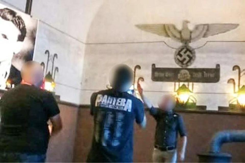 De uitgelekte foto waarop Gunnar Verreycken de Hitlergroet brengt in het Fort van Breendonk.