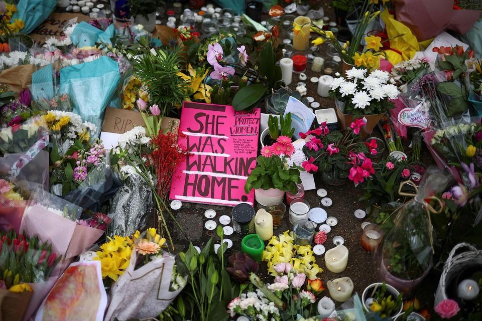 Bloemen en steunbetuigingen voor Sarah Everard in maart 2021.