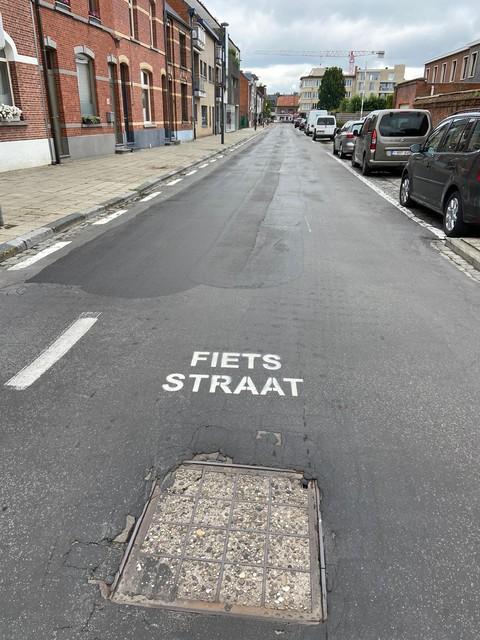 Onder meer in de Sint-Pieterstraat werd de tekst 'Fietsstraat' onterecht aangebracht.