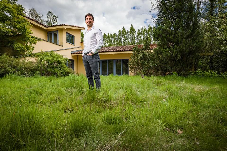 Projectontwikkelaar Jordi Busschop aan de zuiderse villa die wordt gesloopt.