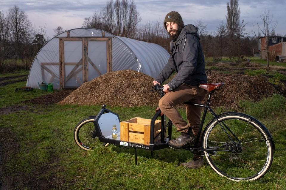 Lukas Mees maakt als kleinschalige bioboer gebruik van een bakfiets voor leveringen.