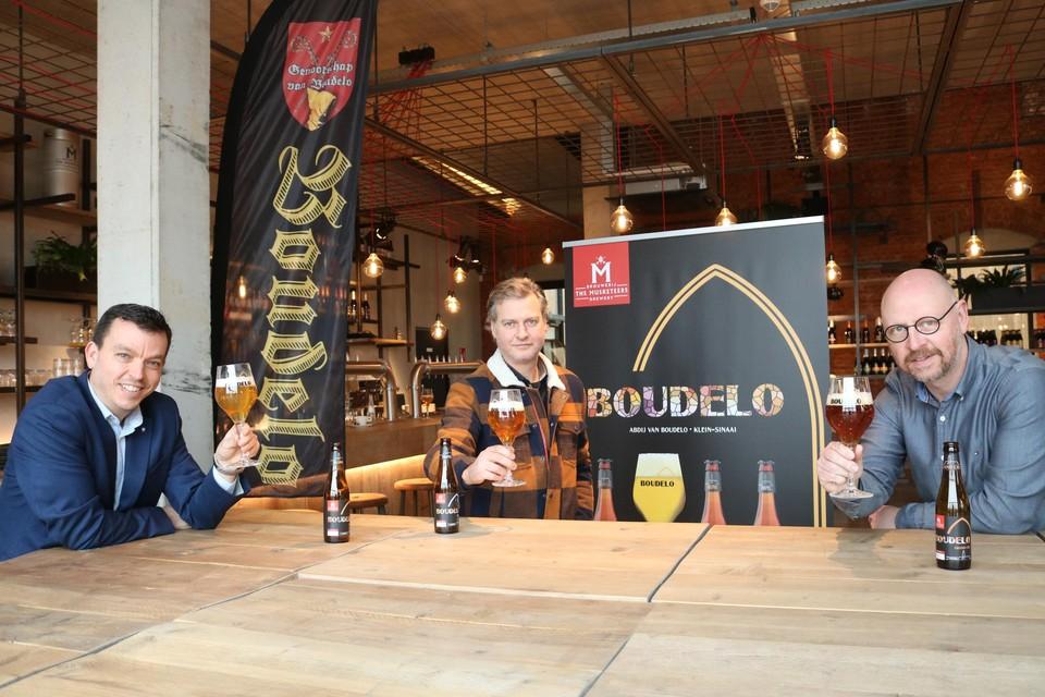 vlnr: Tony De Wilde, Gunter Van Campenhout en Stefaan Soetemans proeven het Boudelobier.