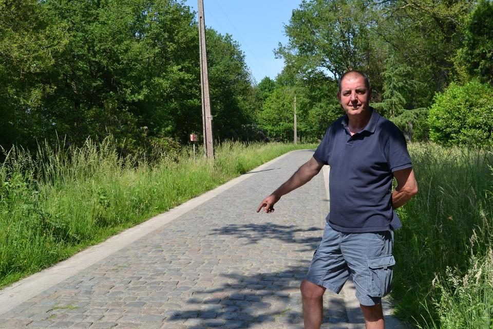 Dirk Dillen wijs naar de kasseistrook Bogaertsheide