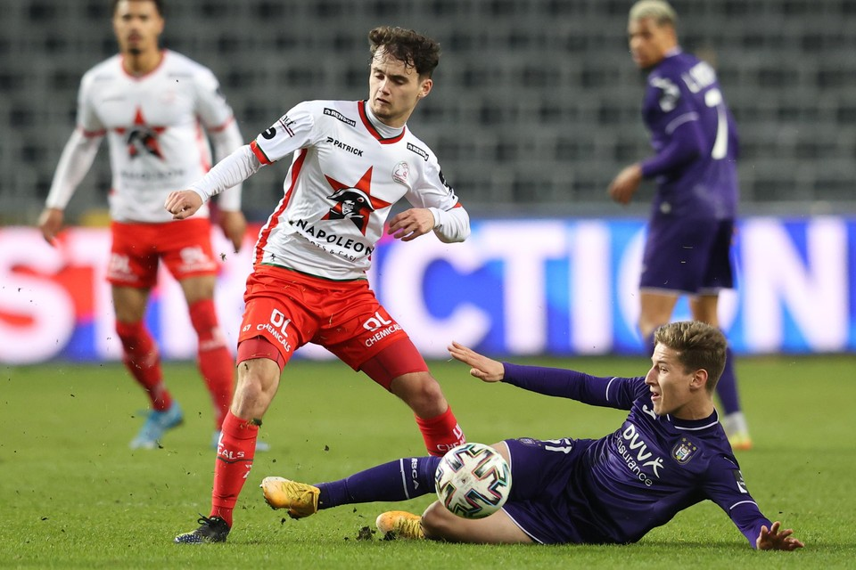 Jannes Van Hecke in duel met Yari Verschaeren.